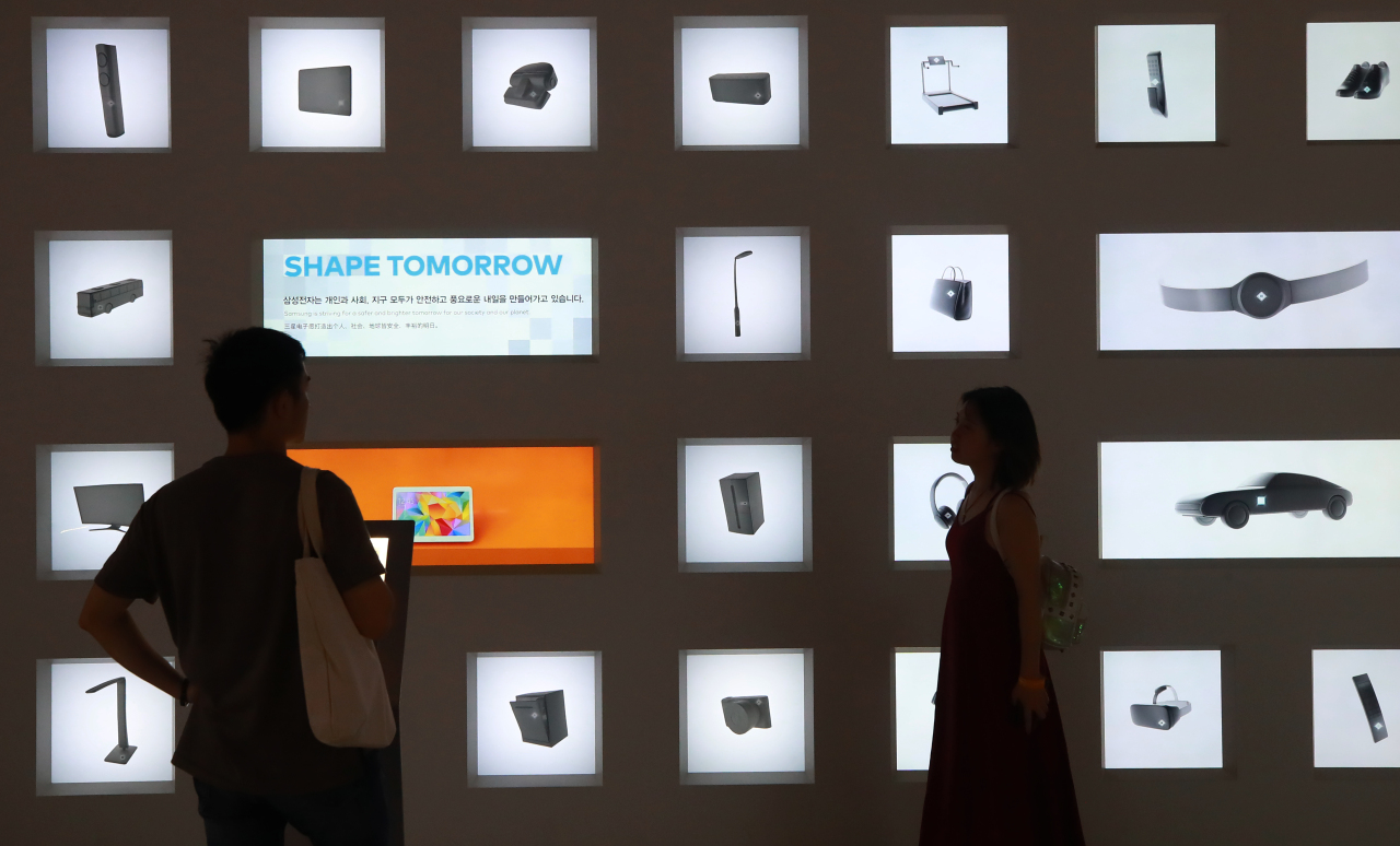 Visitors look at a semiconductor exhibit at Samsung's flagship D'light store in Seocho-gu, Seoul. (Yonhap)