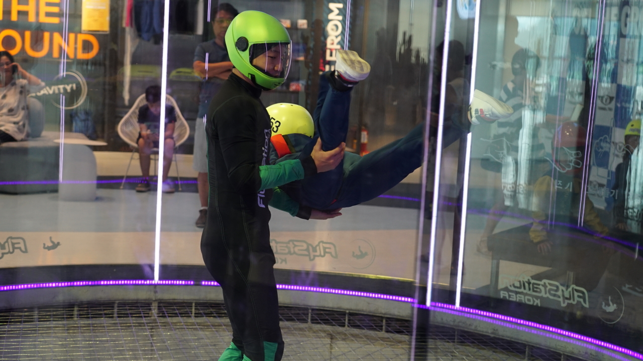 A child participates in an indoor skydiving program Tuesday at Fly Station Korea in Maseong-ri, Yongin, Gyeonggi Province. (Yoon Min-sik/The Korea Herald)