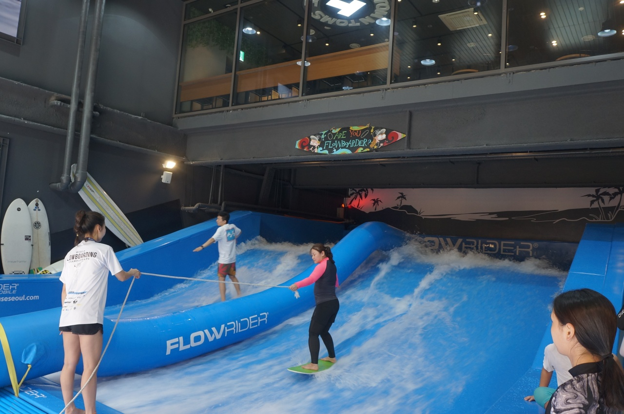 A woman rides the wave on FlowRider. (Im Eun-byel / The Korea Herald)