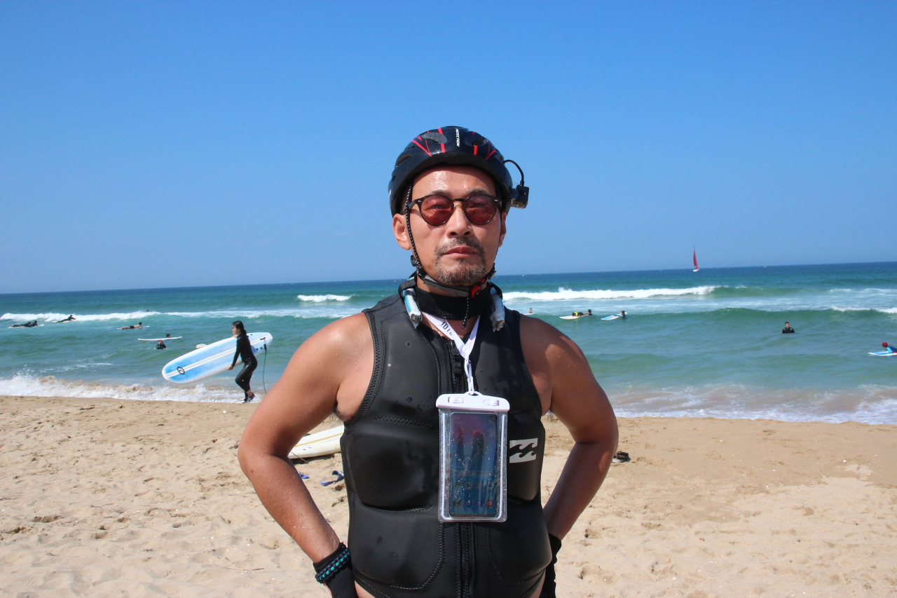 A jet surfer wears KT's Real 360 neckband and Sync View camera on his helmet. (Lim Jeong-yeo/The Korea Herald)