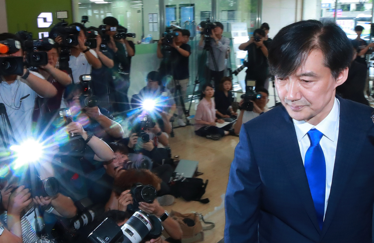 Justice Minister nominee Cho Kuk enters an office in the Jongno district on Friday to prepare for the upcoming parliamentary hearing. (Yonhap)