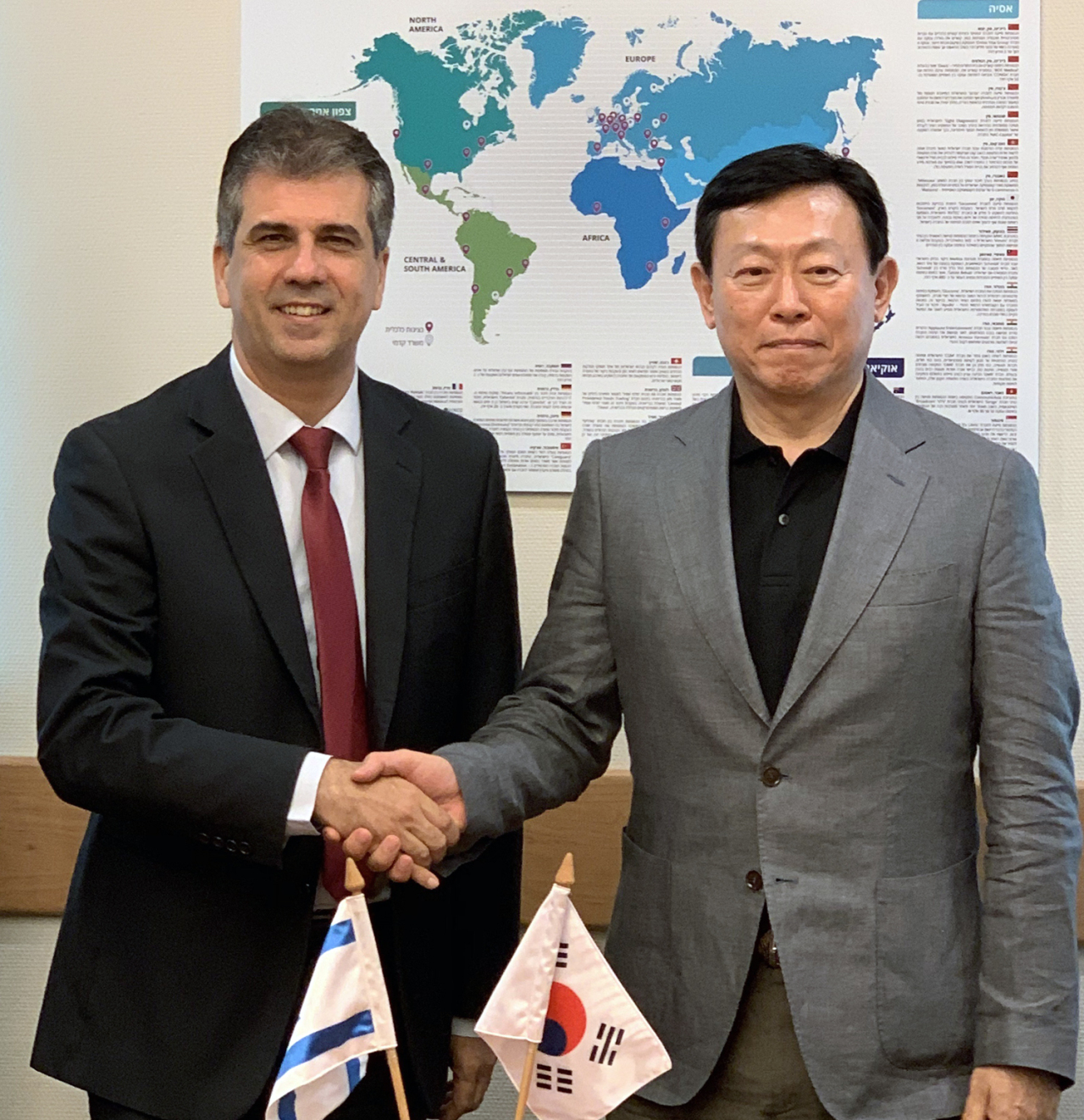 Lotte Group Chairman Shin Dong-bin (right) and Economy and Industry Minister of Israel Eli Cohen shake hands during their meeting in Jerusalem on Sunday. (Lotte Group)