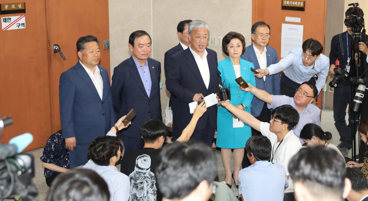 Party of Democracy and Peace Floor Leader You Sung-yop (third from left) answers reporters' questions during a press conference at the National Assembly, after announcing that 10 lawmakers would leave the minor opposition progressive party. (Yonhap)