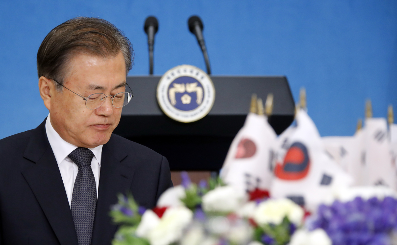 President Moon Jae-in at a luncheon with independence activists and their descendants at the presidential office on Tuesday. (Yonhap)