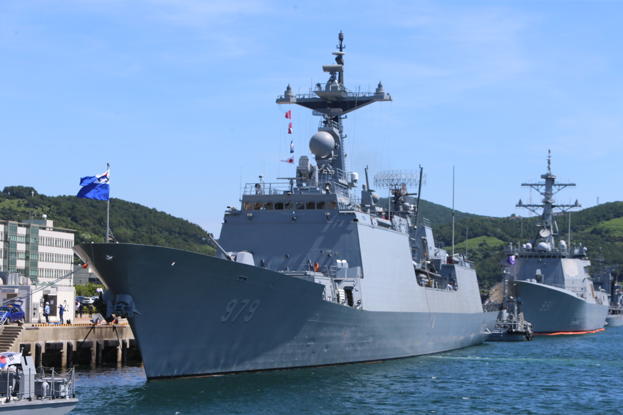 The 4,400-ton destroyer Kang Gam Chan is seen at a naval base in Busan on Tuesday morning, ready to carry a 300-strong contingent of the Cheonghae Unit to the Gulf of Aden later in the day for a mission to combat piracy in waters off Somalia over the next six months. (Yonhap)