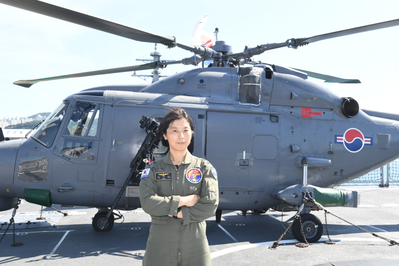 Lt. Cmdr. Yang Ki-jin, who has about 1,580 flying hours, is the first female chief to head the aviation corps of 30th Cheonghae Unit that departed for the Gulf of Aden on Tuesday. (Yonhap)