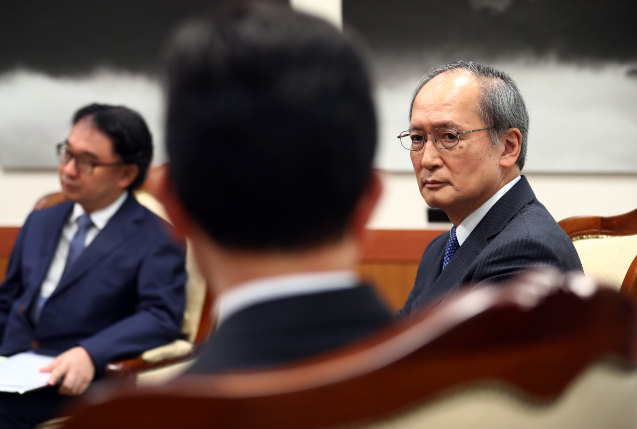 Japanese Ambassador to Seoul Yasumasa Nagamine (right) stares at South Korean Vice Foreign Minister Cho Sei-young at the Foreign Ministry headquarters in central Seoul on Aug. 2, after he was summoned in Seoul's protest to Tokyo's decision to remove Korea from the list of trusted trade partners. (Yonhap)