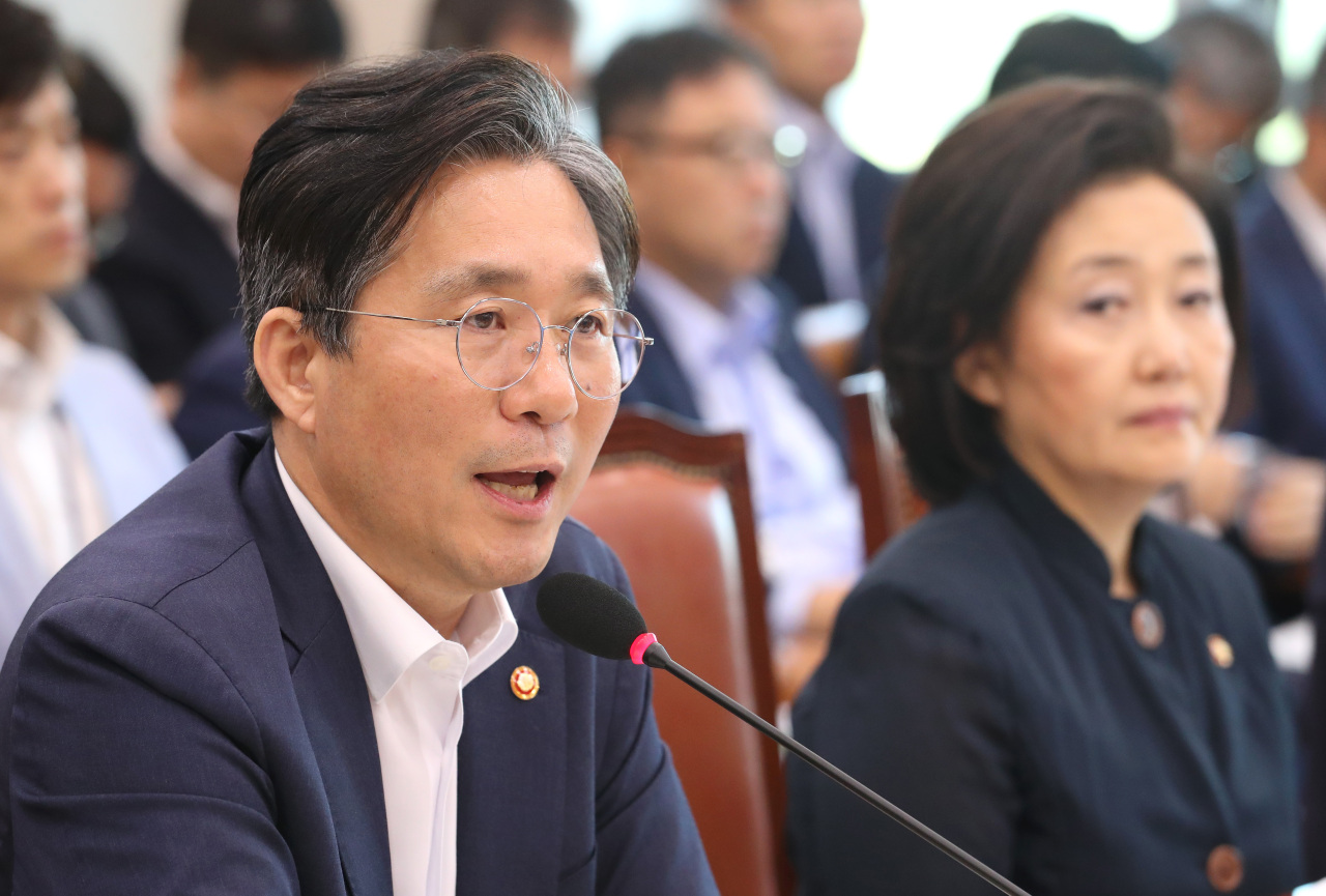 Minister of Trade, Industry and Energy Sung Yun-mo (left) answers lawmakers' questions concerning the government's countermeasures to Japan's export curbs at the parliamentary trade committee on Wednesday. (Yonhap)