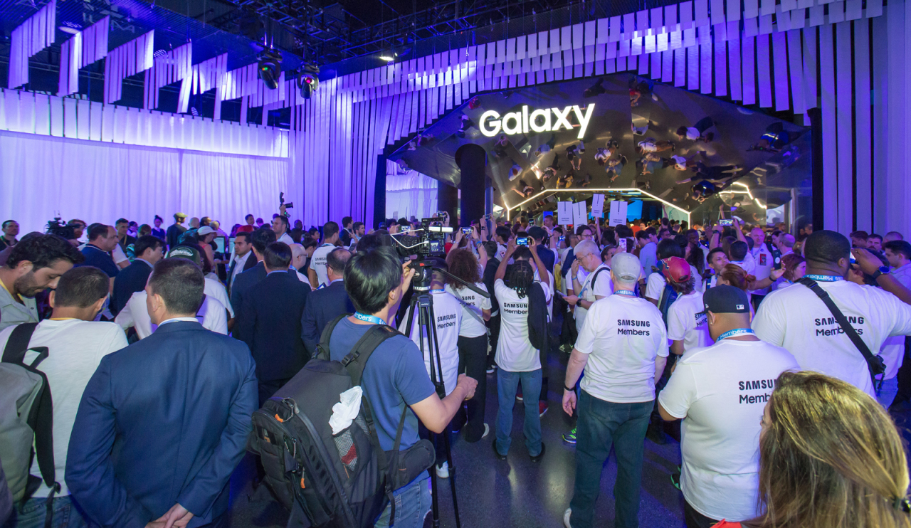 Crowds of visitors are gathered for the Unpacked event for Samsung Electronics` Galaxy Note 10 at Barclays Center in New York, US, Thursday. (Yonhap)
