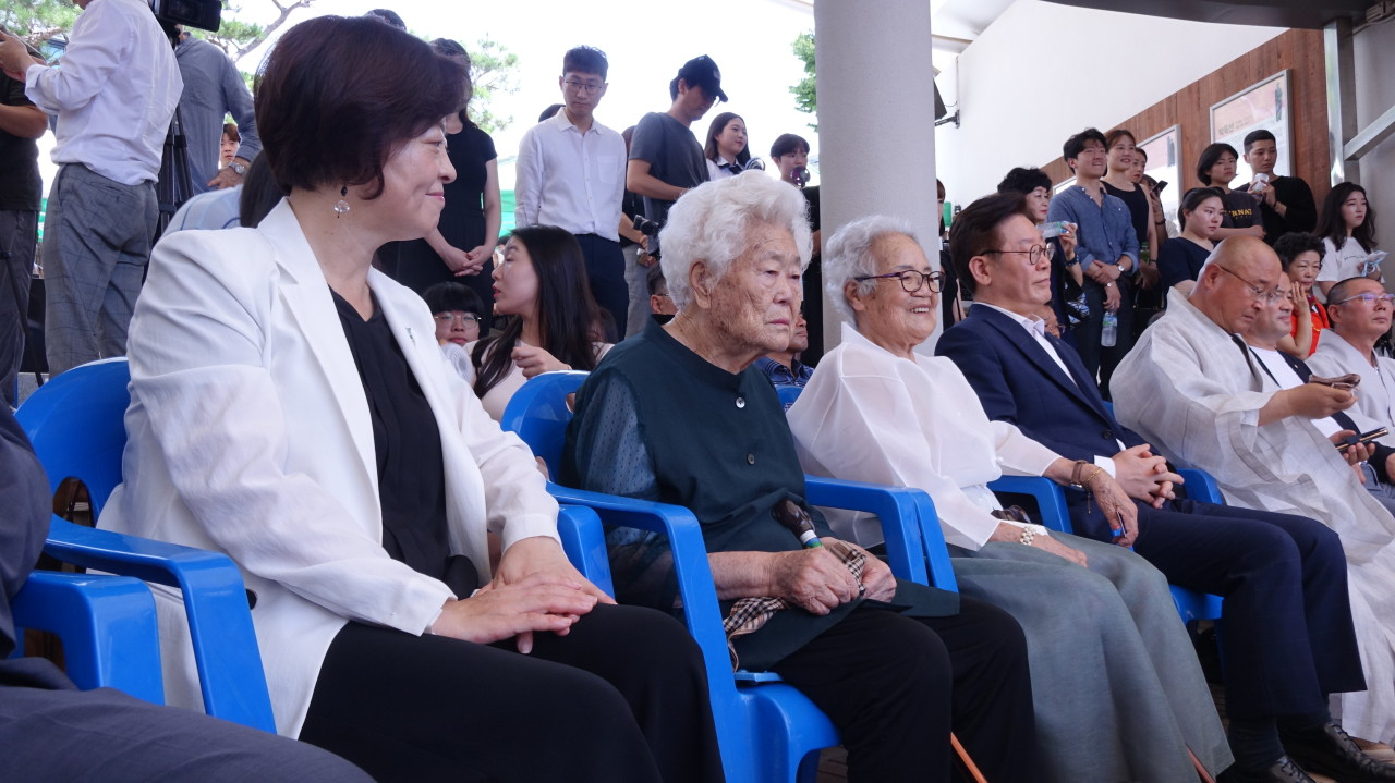Victims of sexual slavery by the Japanese military, both named Lee Ok-sun, sit between Gender Equality Minister Jin Sun-mee (left) and Gyeonggi Gov. Lee Jae-myung (right) during a memorial ceremony Saturday (Kim Arin/The Korea Herald)