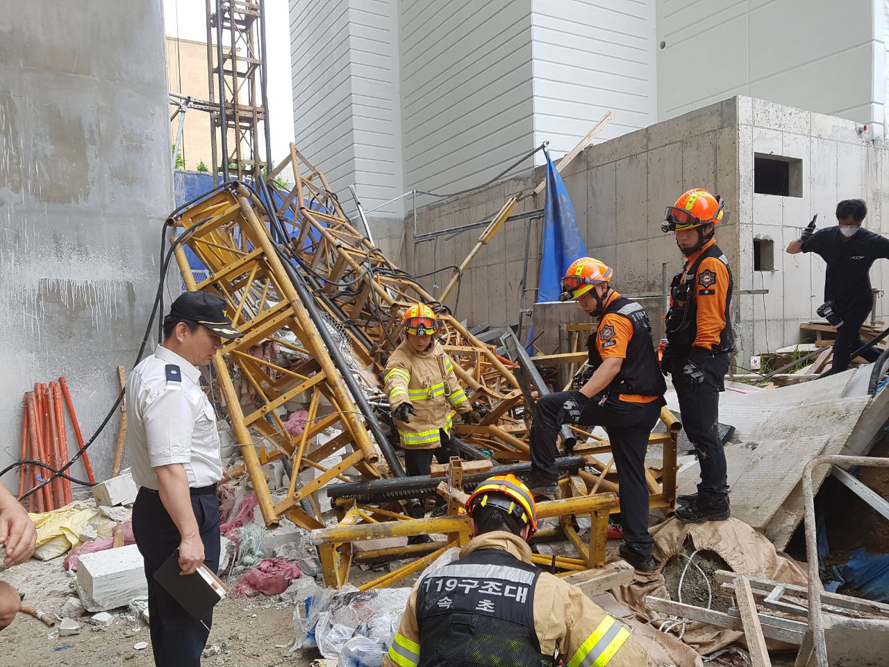 Workers conduct rescue efforts at the construction site in Sokcho of Gangwon Province where three workers died and three injured in an elevator crash on Wednesday morning. (Yonhap)