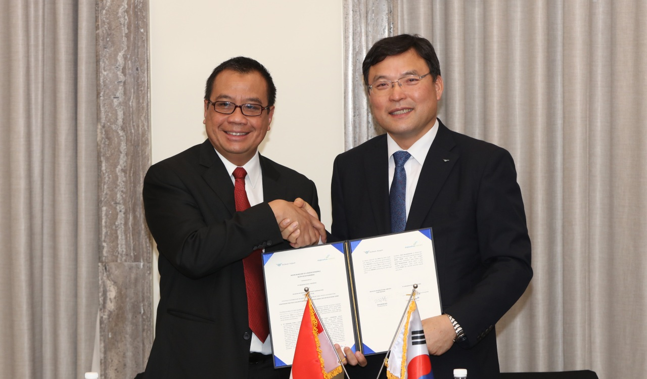 IIAC CEO Koo Bon-hwan (right) shakes hands with AP I President Director Faik Fahmi during a memorandum signing ceremony in Incheon on Wednesday. (IIAC)