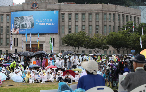 Some 3,000 people gathered at Seoul Plaza ton Thursday to attend a rally demanding Japanese government apologize to Korean victims forced into labor during Japan's colonial rule of the Korean Peninsula. (Yonhap)