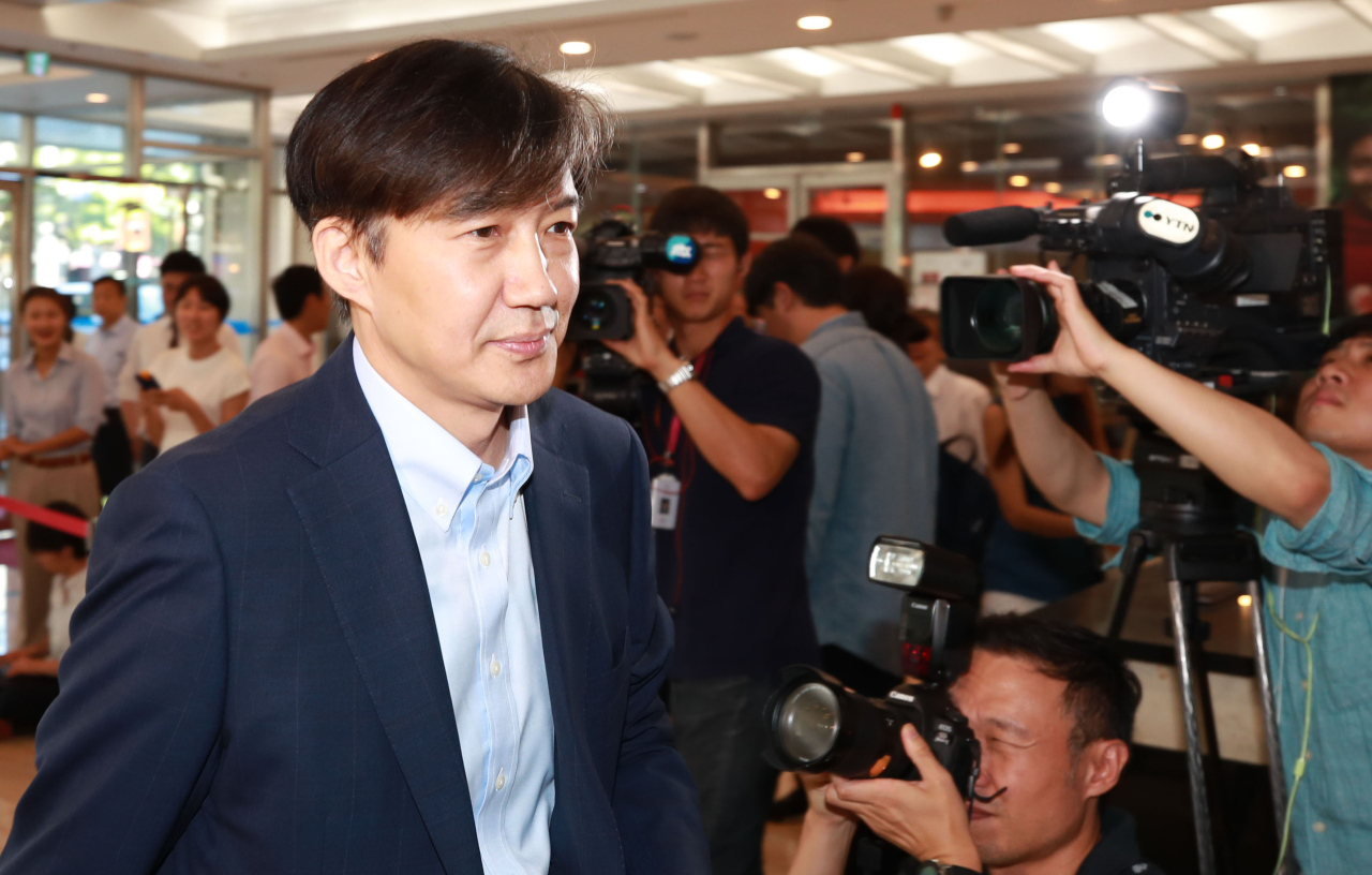 Justice Minister nominee Cho Kuk enters an office in the Jongno district on Wednesday (Yonhap)