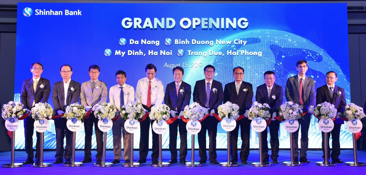 Shinhan Bank CEO Jin Ok-dong (center) on Thursday attends a tape-cutting ceremony with key officials of Shinhan Bank Vietnam, the Korean Embassy in Vietnam and the Da Nang People's Committee, at the opening of the local subsidiary's Da Nang branch. (Shinhan Bank)