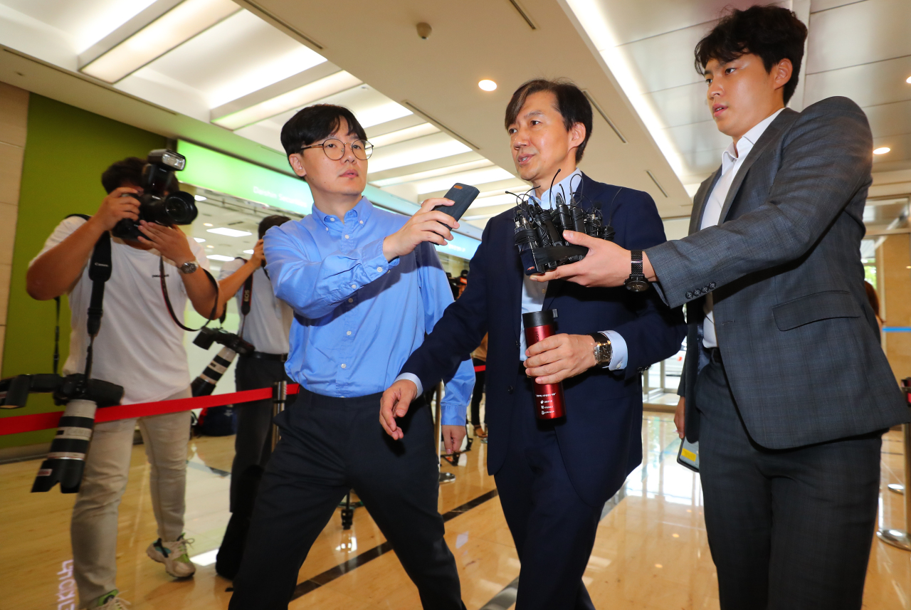 Justice Minister nominee Cho Kuk (center), ex-senior presidential secretary on civil affairs, answers reporters' questions as he enters the parliamentary preparation team's office in Jongno, central Seoul, Friday morning. Yonhap