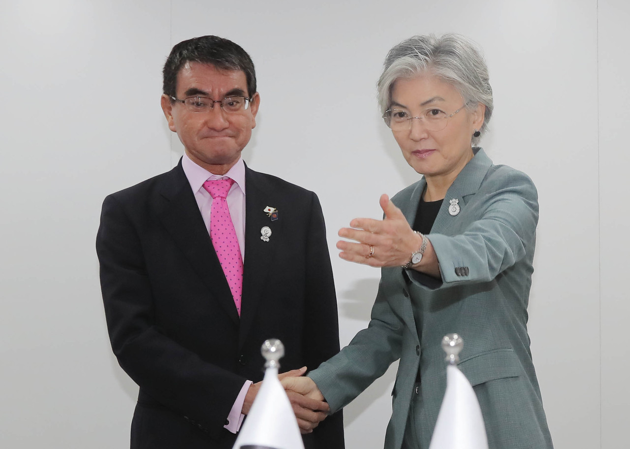 Foreign Minister Kang Kyung-wha (right) and her Japanese counterpart Taro Kono (Yonhap)