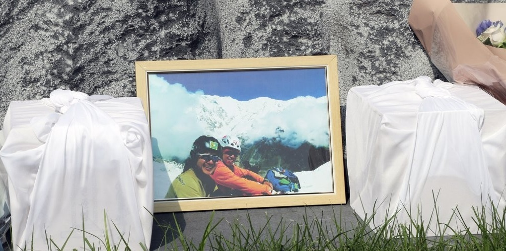 Boxes carrying the remains of two late South Korean climbers -- Min Jun-young and Park Jong-seong -- are placed in front of a monument to mark their deaths in Cheongju, 137 kilometers south of Seoul, on Aug. 17, 2019. Their remains were returned home earlier in the day as their bodies were found in July in the Himalayas after going missing there a decade ago. (Yonhap)