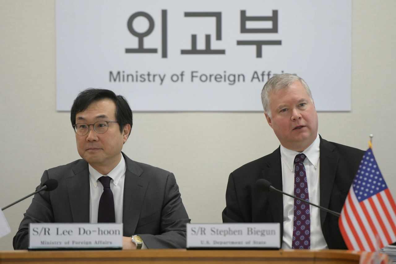 US Special Representative for North Korea Stephen Biegun (right) talks with South Korea's Special Representative for Korean Peninsula Peace and Security Affairs Lee Do-hoon (left) during their meeting at the foreign ministry in Seoul on May 10. (Yonhap)