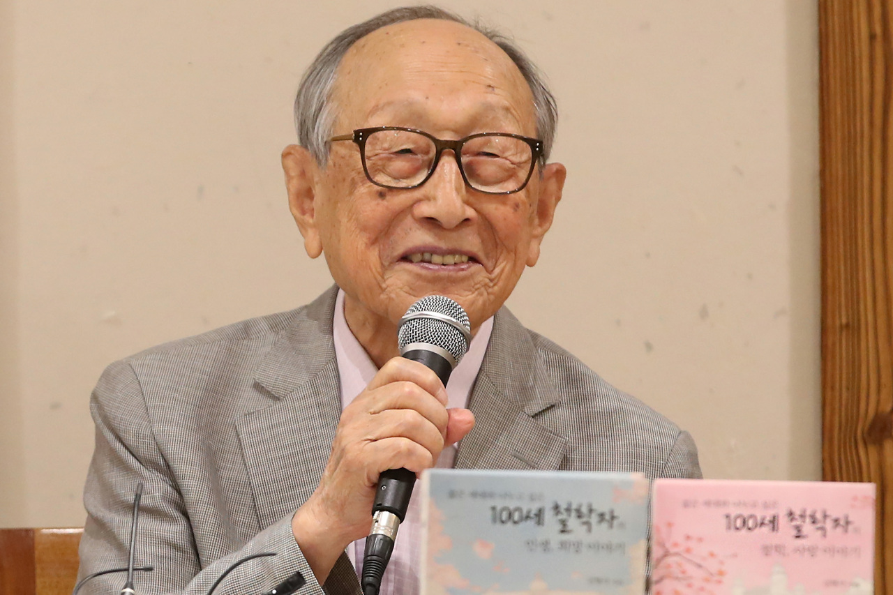 Professor Kim Hyeong-seok speaks during a press event Tuesday in central Seoul. (Yonhap)
