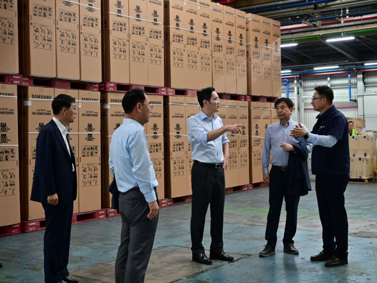 Samsung heir apparent Lee Jae-yong (third from left) takes a look at the shipment section for air conditioners at Samsung's manufacturing facility in Gwangju on Tuesday. (Samsung Electronics)