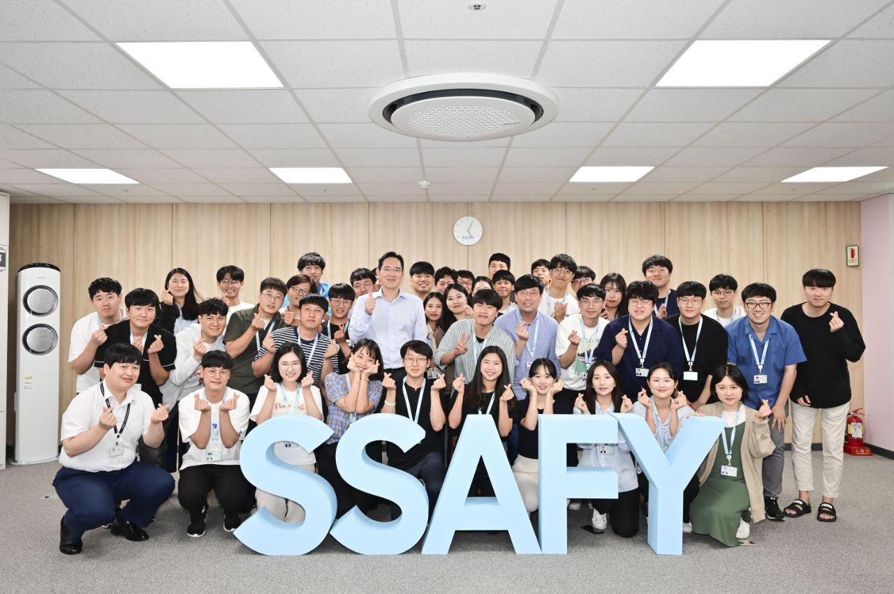 Samsung heir Lee Jae-yong takes a group photo with trainees at SSAFY in Gwangju on Tuesday. (Samsung Electronics)