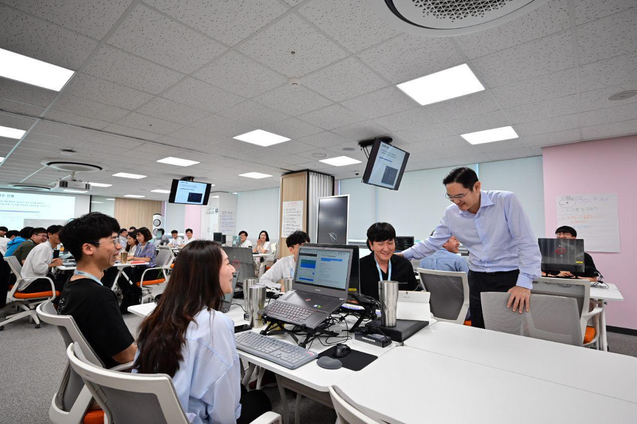 Samsung heir Lee Jae-yong taps on the shoulder of a student at Samsung Software Academy for Youth in Gwangju on Tuesday. (Samsung Electronics)