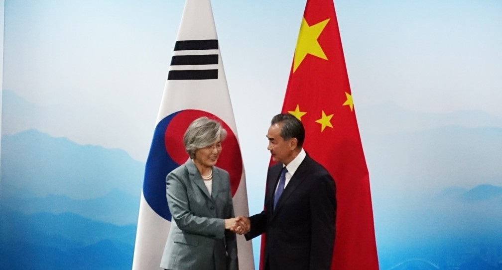 South Korean Foreign Minister Kang Kyung-wha (Left) and her Chinese counterpart Wang Yi shake hands during their bilateral meeting held in Beijing on Aug. 20, 2019. (Yonhap)