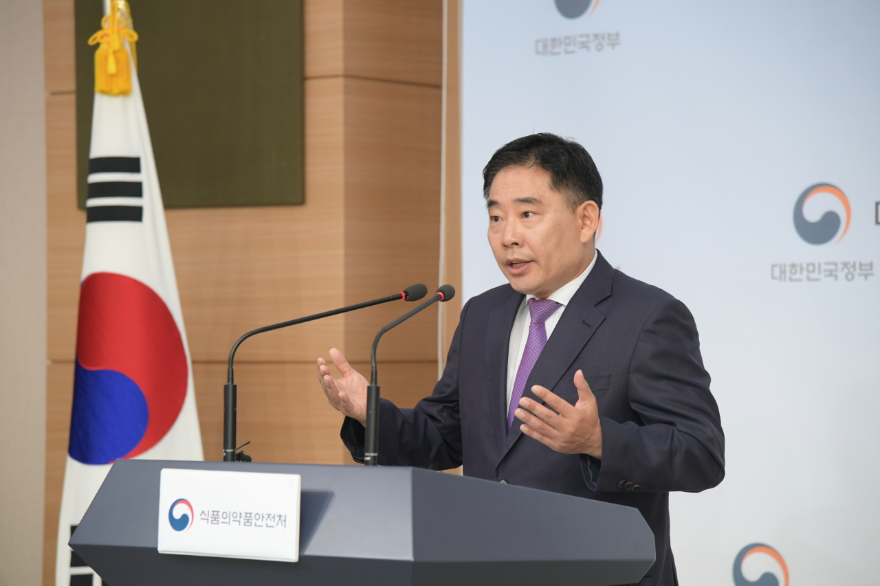 The director-general of the Food Safety Ministry's imported food safety policy bureau, Lee Seung-yong, speaks during a press briefing Wednesday morning at the Seoul Government Complex. (Food Safety Ministry)