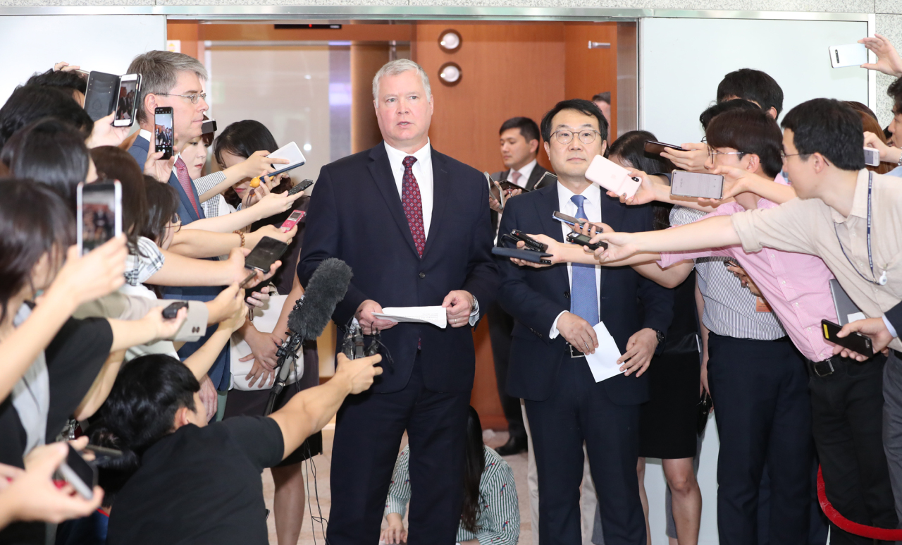 Representative for Korean Peninsula Peace and Security Affairs Lee Do-hoon (right) and US Special Representative for North Korea Stephen Biegun address the media at the Ministry of Foreign Affairs in Seoul on Wednesday. Yonhap