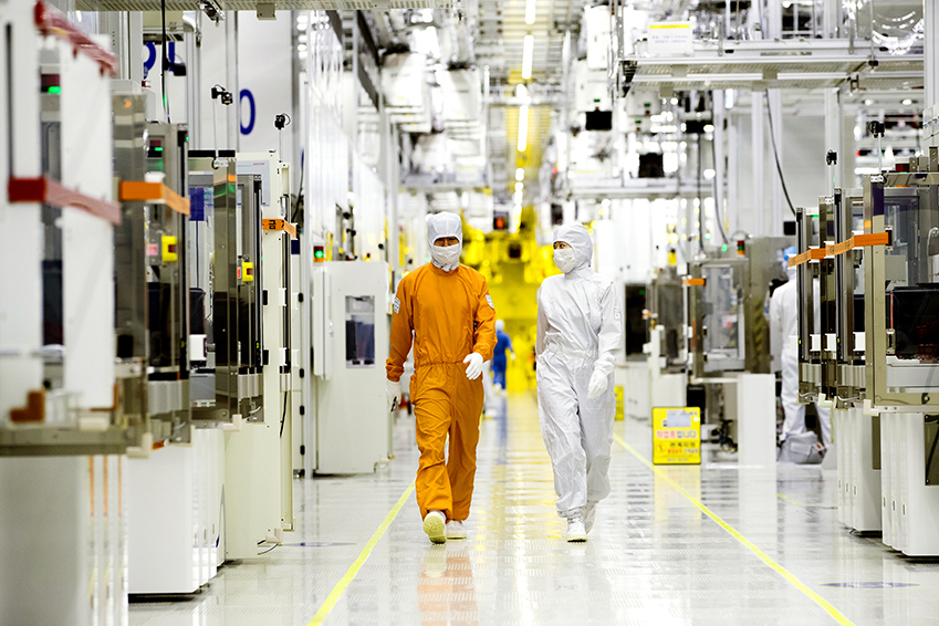 Employees walk in a semiconductor clean room at Samsung Electronics. (Samsung Electronics)