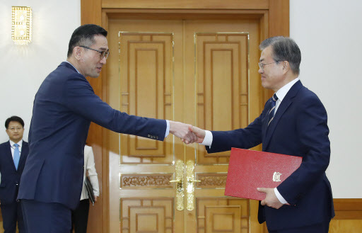 South Korean President Moon Jae-in (right) shakes hands with Eric Teo Boon Hee, Singapore`s new ambassador to Seoul, at Cheong Wa Dae in Seoul on Wednesday. (Yonhap)
