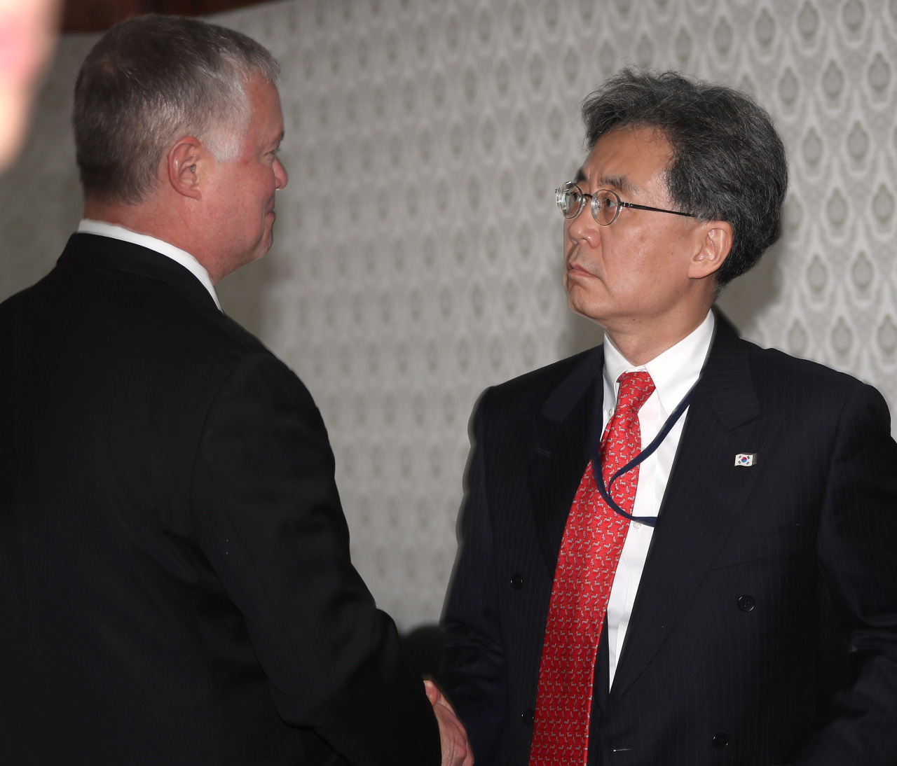 US Special Representative for North Korea Stephen Biegun (left) and Kim Hyun-chong, a deputy director at the presidential National Security Office (Yonhap)