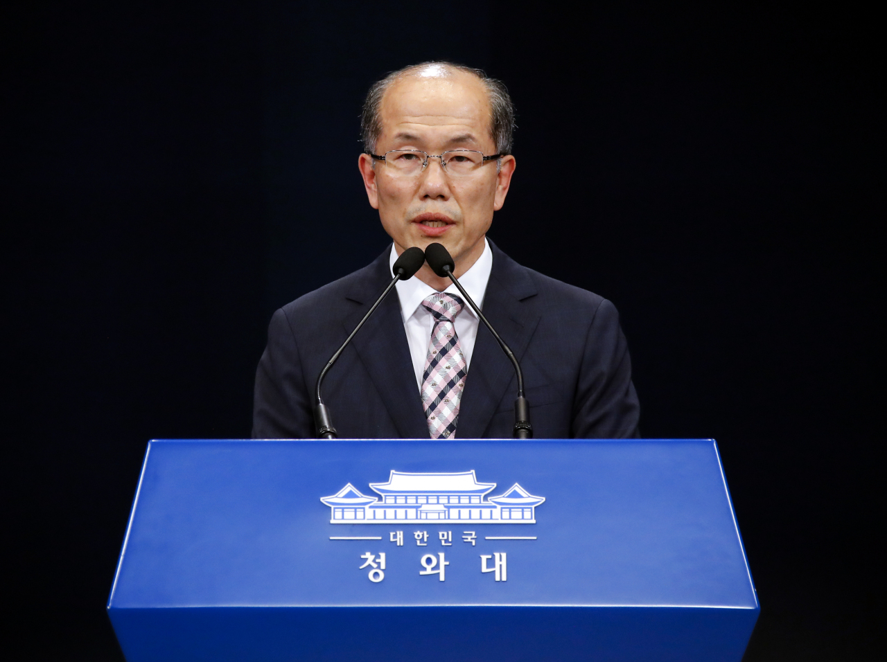 Kim You-geun, deputy chief of Cheong Wa Dae's national security office, announces the government's decision to scrap the intelligence-sharing pact with Japan on Thursday. (Yonhap)