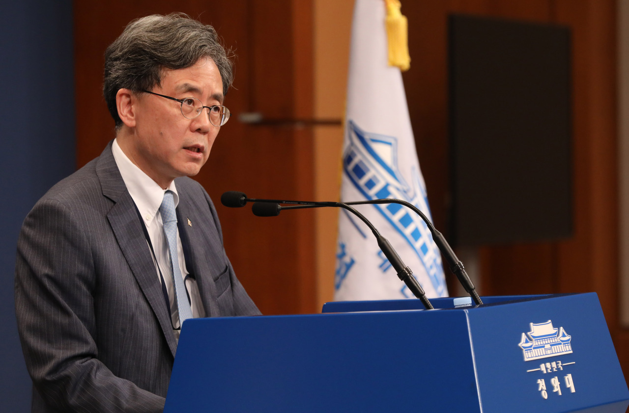 Kim Hyun-chong, the deputy national security adviser, speaks to reporters at Cheong Wa Dae, Friday. (Yonhap)