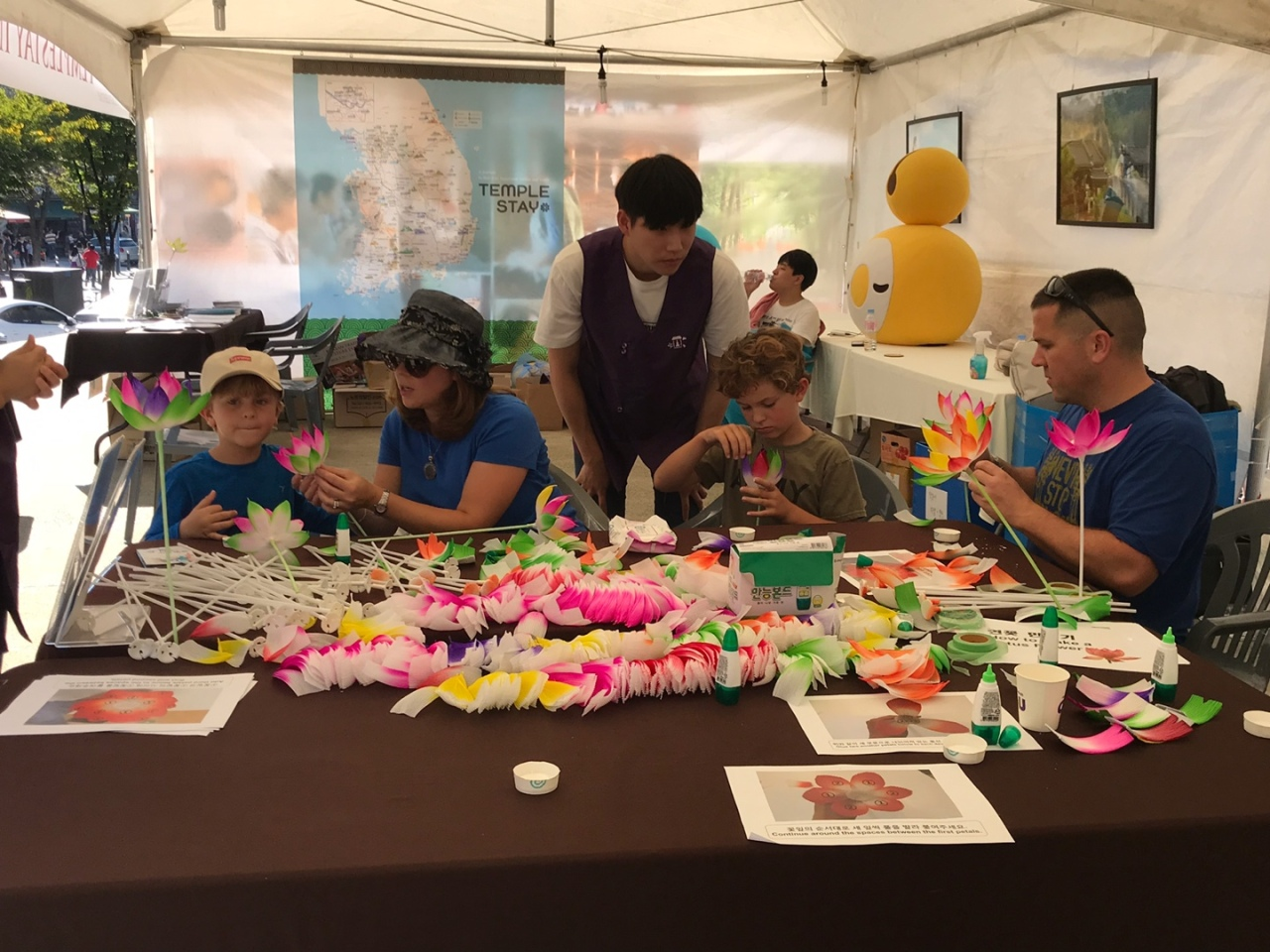 Foreign visitors make lotus flowers at a booth set up by the Cultural Corps of Korean Buddhism. (Cultural Corps of Korean Buddhism)