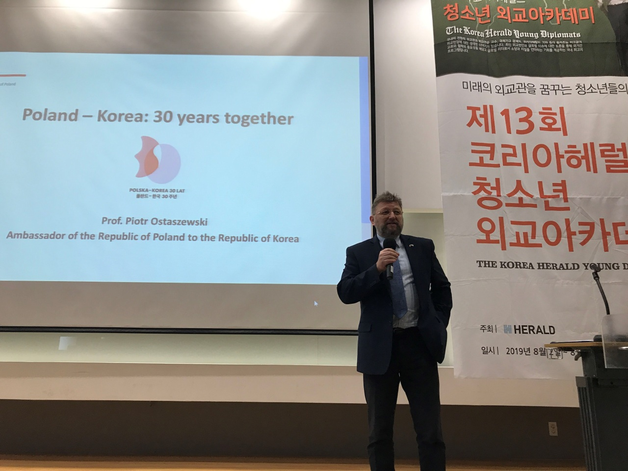 Polish Ambassador to Korea Piotr Ostaszewski speaks to students at the Young Diplomats Academy in Songdo, Incheon, on Aug. 2. (The Korea Herald Young Diplomats Academy and Young Opinion Leaders' Knowledge Forum)