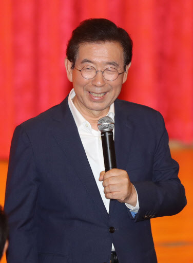 "Seoul Mayor Park Won-soon gives a lecture on ""a story on new politics"" at a youth training center for YMCA Jeongeup in Jeongeup, North Jeolla Province, Saturday. (Yonhap)"