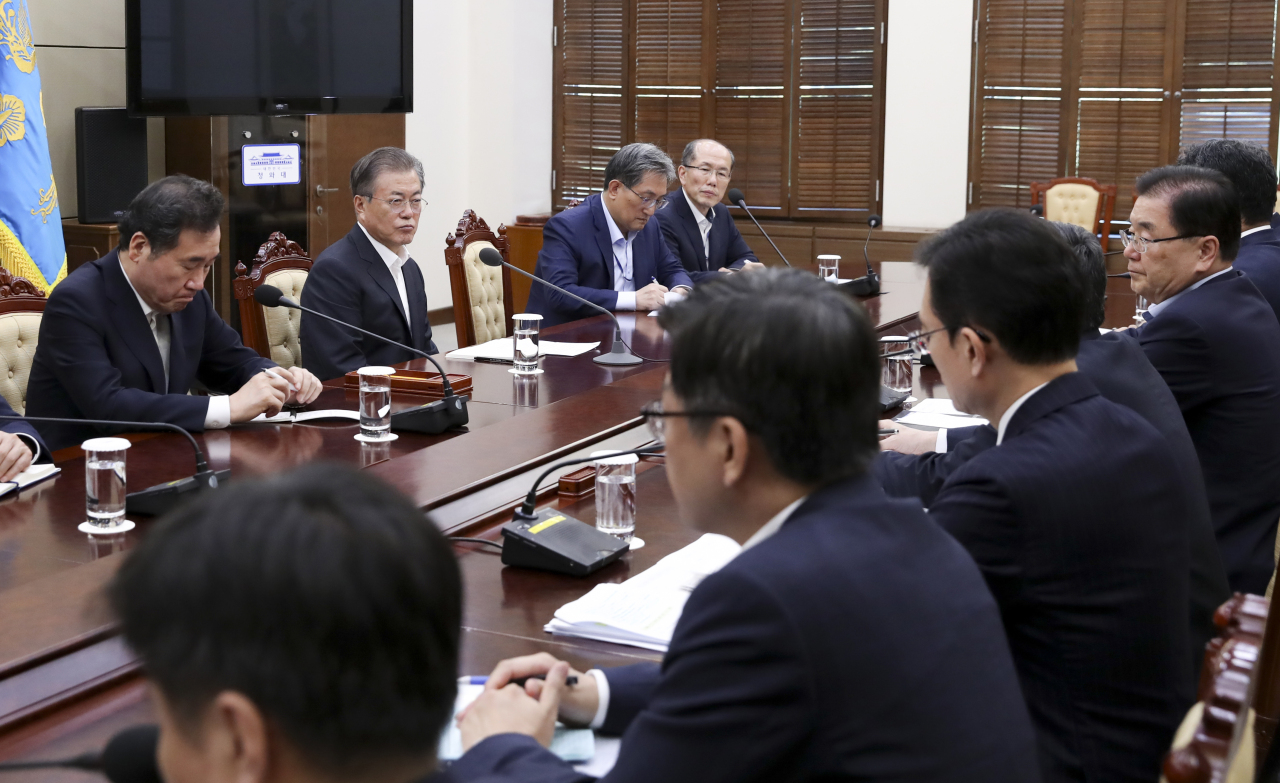 President Moon Jae-in and senior officials discuss the GSOMIA issue on Thursday. Yonhap
