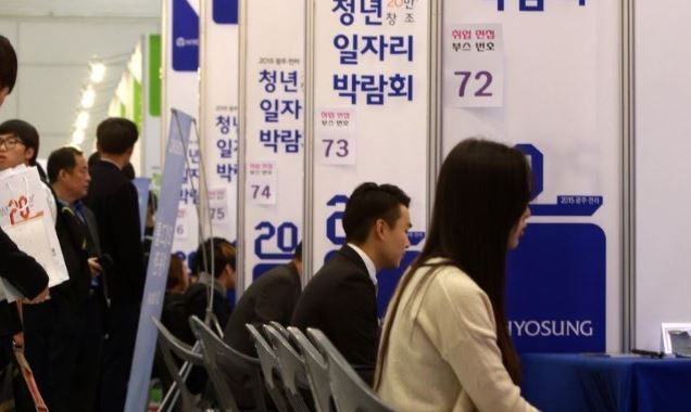 Participants at a job fair in Gwangju are interviewed by recruiters from enterprises. (Yonhap)