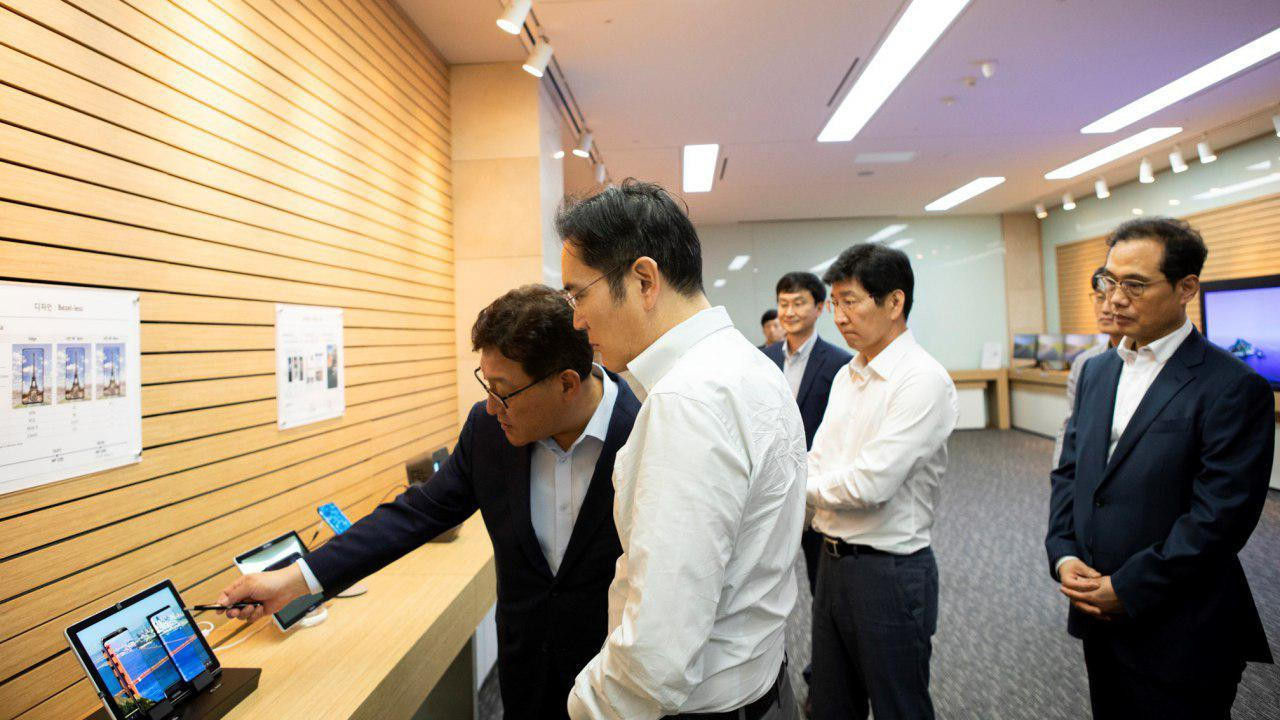 Samsung Vice Chairman Lee Jae-yong looks at a display product at Samsung Display's corporate campus in Asan, South Chungcheong Province on Monday. (Samsung Electronics)