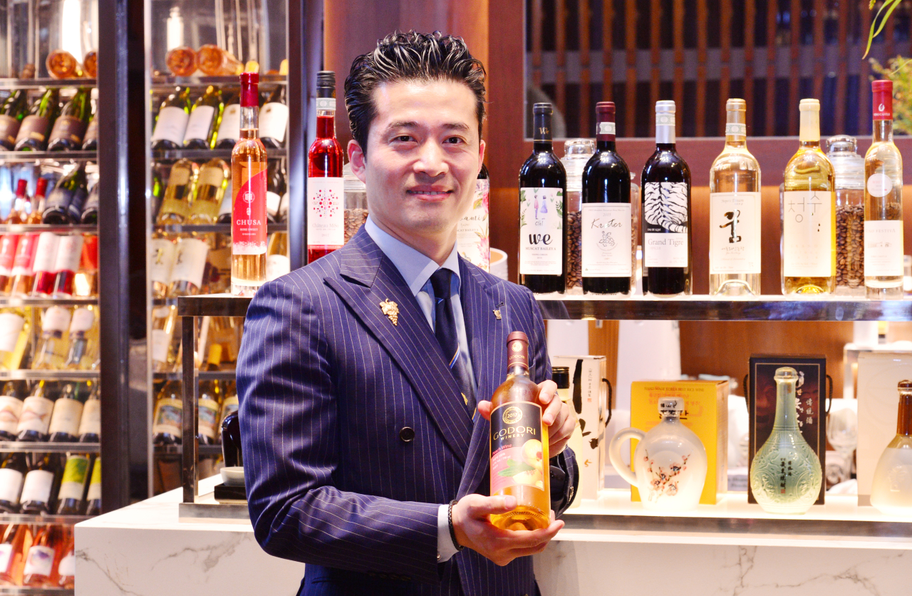 Sommelier Jung Ha-bong introduces Godori Winery's peach wine. (Park Hyun-koo / The Korea Herald)