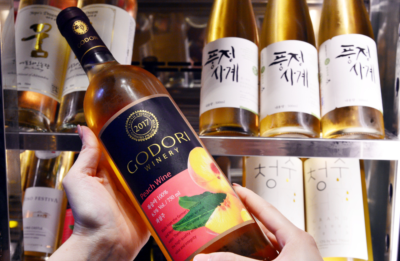 Peach Wine made by Godori Winery (Park Hyun-koo / The Korea Herald)