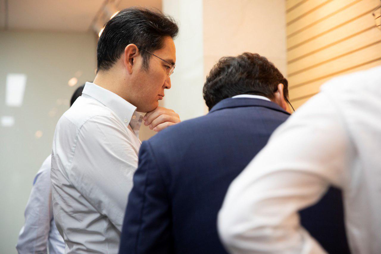 Samsung heir Lee Jae-yong looks at a display product at Samsung Display's facility in Asan, South Chungcheong Province, Monday. (Samsung Electronics)