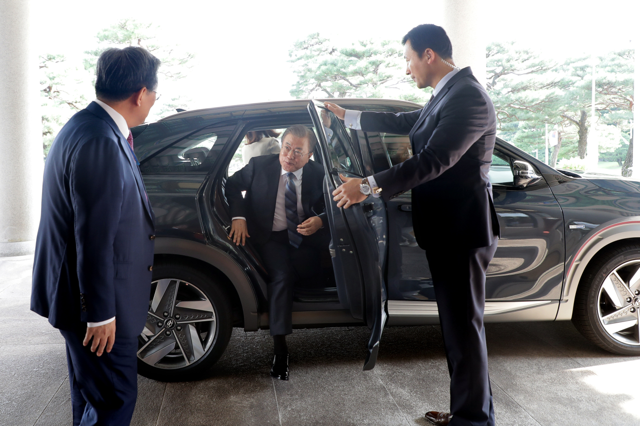 President Moon Jae-in steps out of his official car that uses hydrogen technology at Cheong Wa Dae in Seoul on Aug. 27, 2019, in this photo provided by his office. (Yonhap)