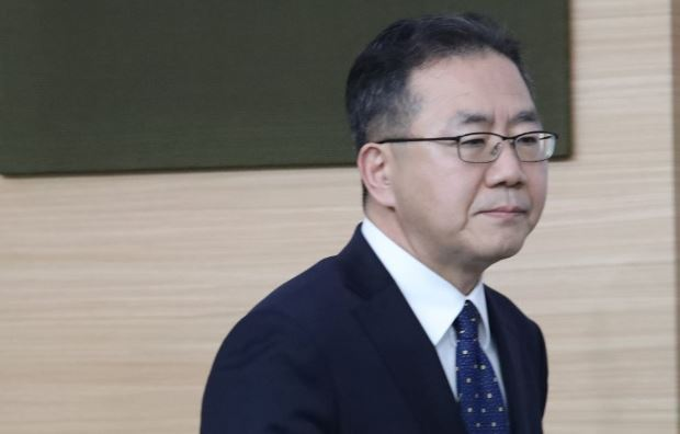 Foreign ministry spokesman Kim In-chul walks into a briefing room on April 23, 2019. (Yonhap)