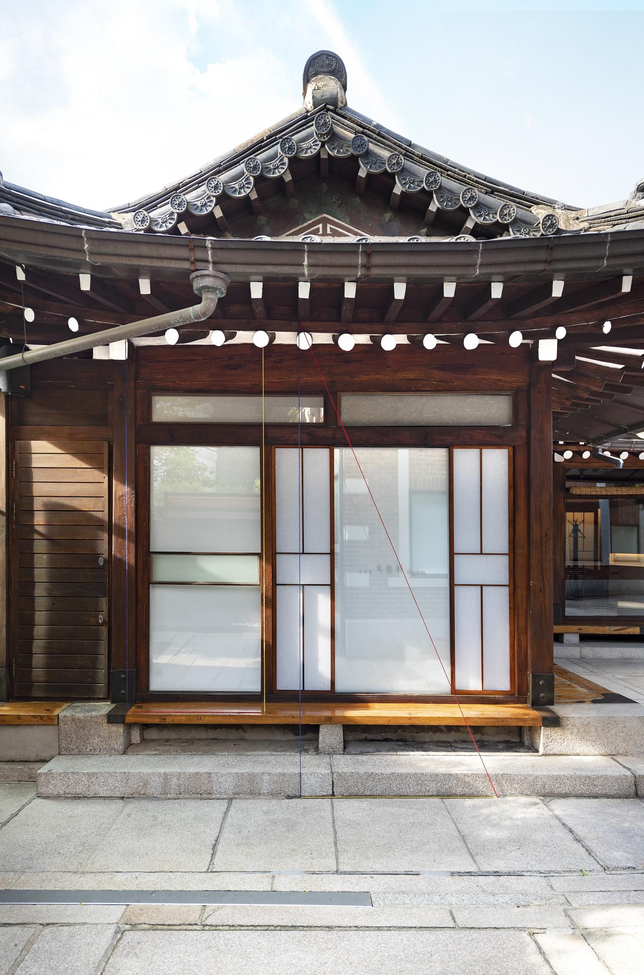 A view of Fred Sandback's installation work on Dugahun, a restaurant behind Hyundai Gallery. (Gallery Hyundai)