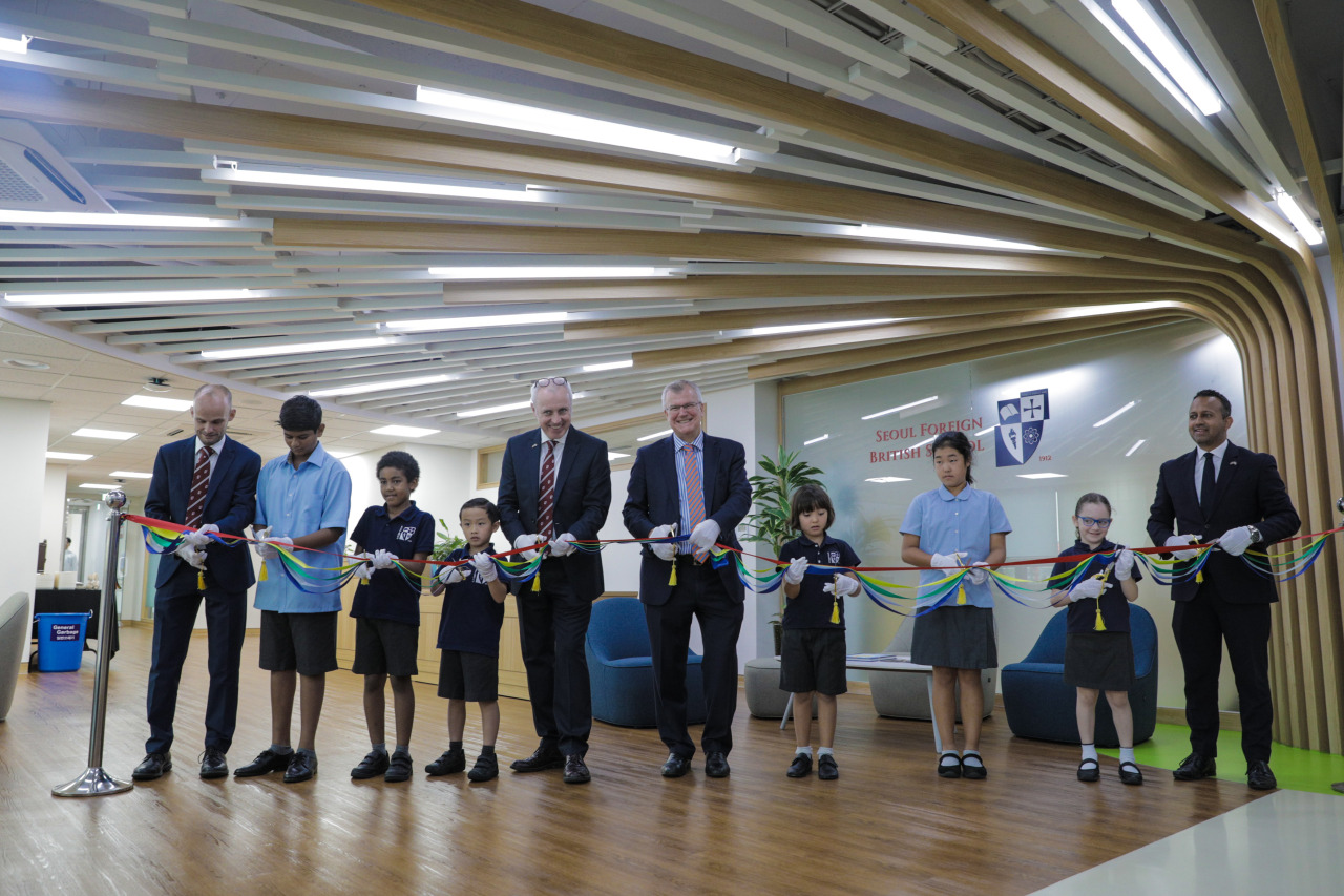 From left: Seoul Foreign British School principal Andrew Freeman, Ronit Gupta, Milan Gawo, Oliver Han, head of Seoul Foreign School Colm Flanagan, British Ambassador Simon Smith, Hanna Zych, Heyon Choi, Noa Dekel and deputy head of mission Nikesh Mehta attend a ribbon-cutting ceremony at Seoul Foreign British School on Monday. (Seoul Foreign British School)