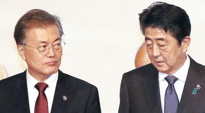 South Korea`s President Moon Jae-in(left) and Japanese Prime Minister Shinzo Abe. Yonhap