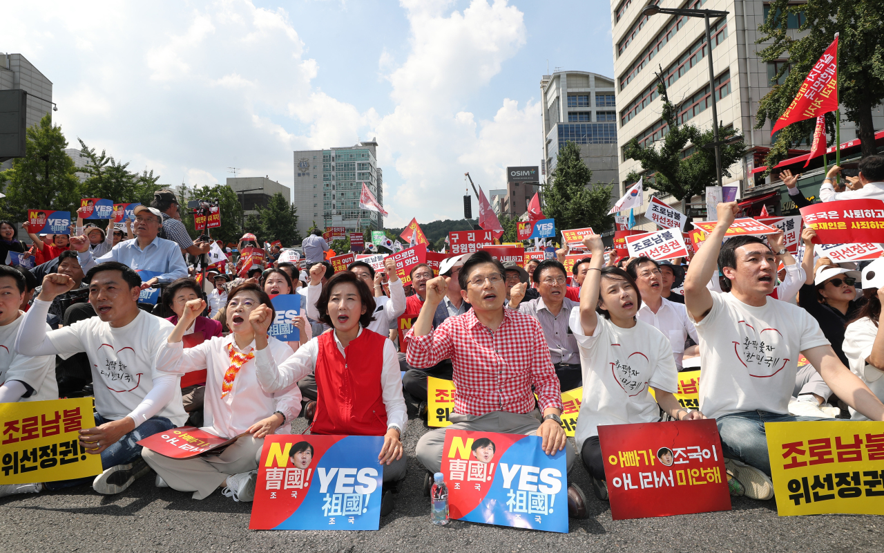 Liberty Korea Party Chairman Hwang Kyo-ahn (front row, third from right) and Liberty Korea Party Floor Leader Na Kyung-won (front row, fourth from right) lead a mass protest against Justice Minister nominee Cho Kuk and the Moon government in central Seoul on Saturday, for the second consecutive weekend. (Yonhap)